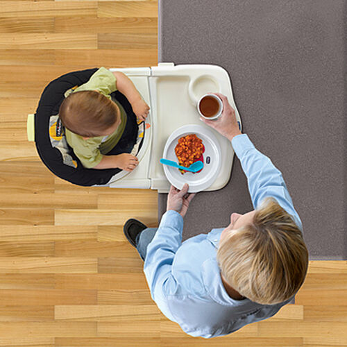 Baby can face inward in the 360 Hook-On Chair to make use of the dishwasher-safe serving tray