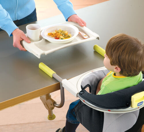 The snap-on serving tray allows for cleaner meals with the Chicco 360 Hook On Chair